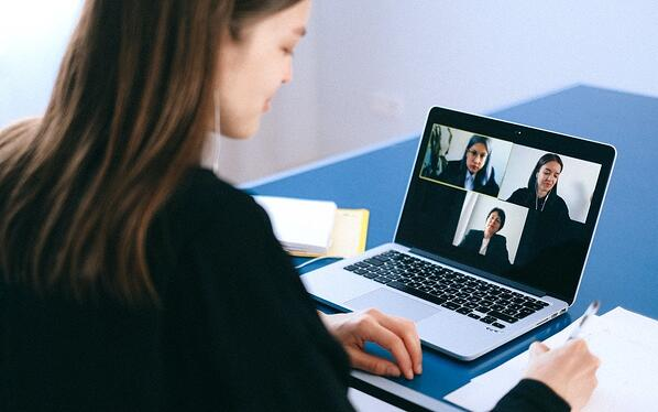 A person looking at a computer  Description automatically generated with medium confidence
